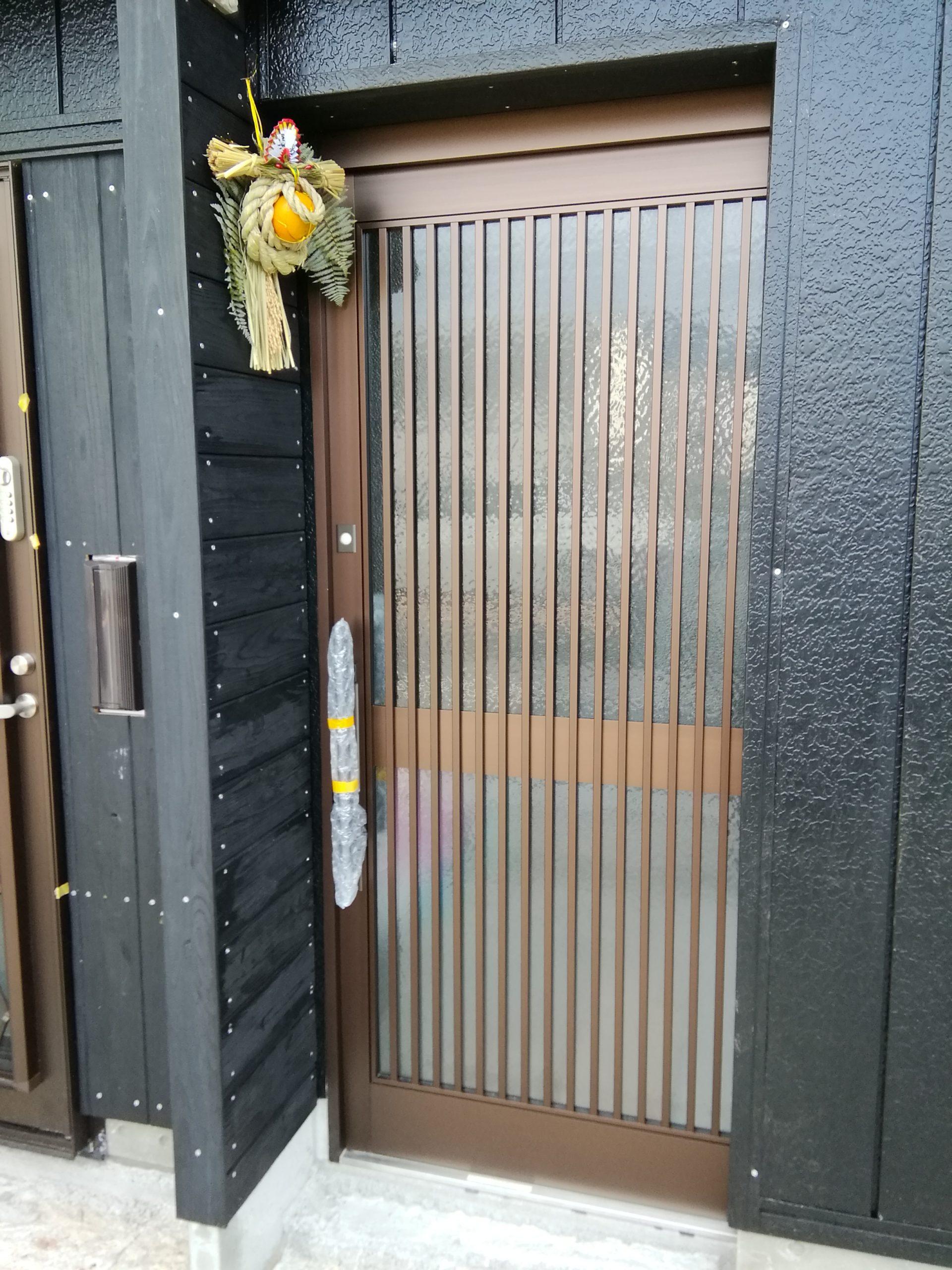 しめ縄飾りをしたお店の玄関画像