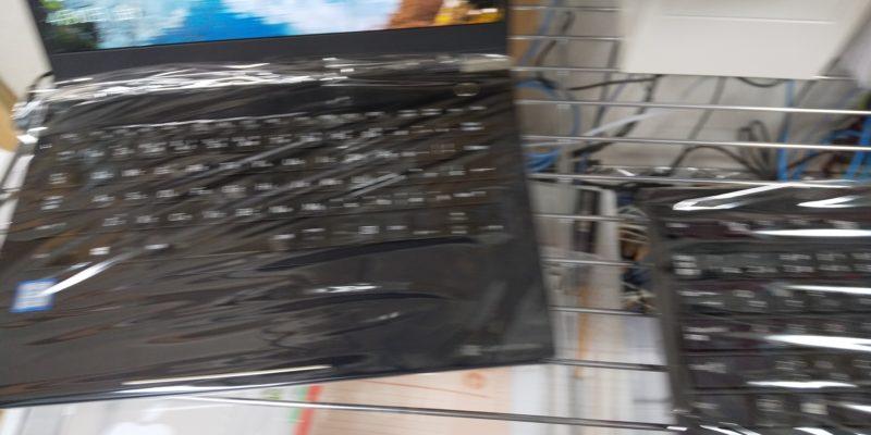 キーボードをラップでおおったノートパソコン